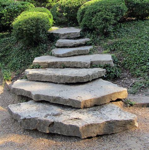 Garten Stufen Anlegen by How To Use Rocks To Make Your Garden Design More