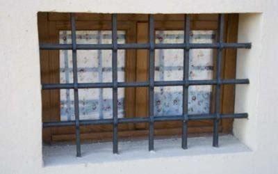 ringhiera per finestra cancelletti e inferriate in ferro battuto su misura