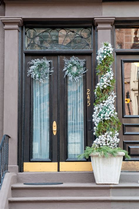 love the double front doors and tall windows maestri 95 amazing outdoor christmas decorations digsdigs
