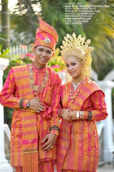 Foto Baju Penari Melayu 17 best images about traditional costumes on traditional glitter top and wedding