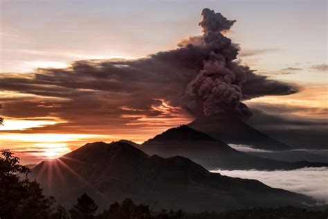 batik air gunung agung bali volcano eruption imminent prompting mass