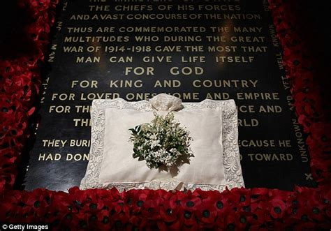 wedding bouquet unknown soldier the and groom hrh the duke and duchess of cambridge