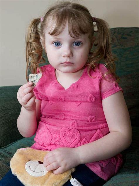 Kalung Imut Pasir astaga gadis cilik imut ini hobi makan pasir karpet dan