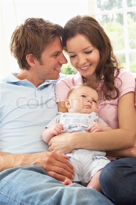 masturbazione cuscino parents cuddling newborn baby boy at home stock photo