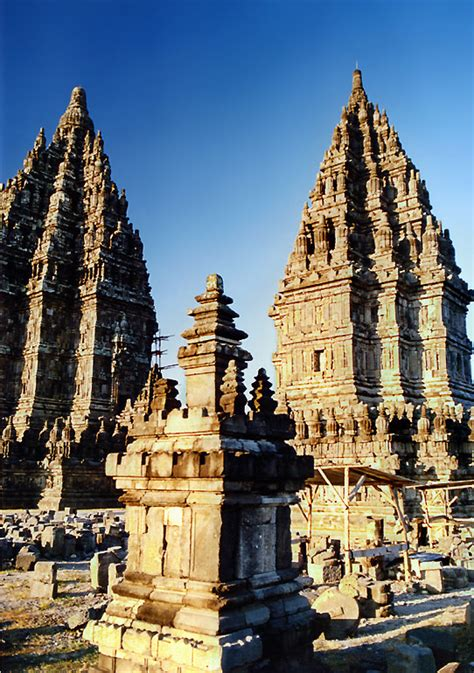 standing ovation prambanan temple
