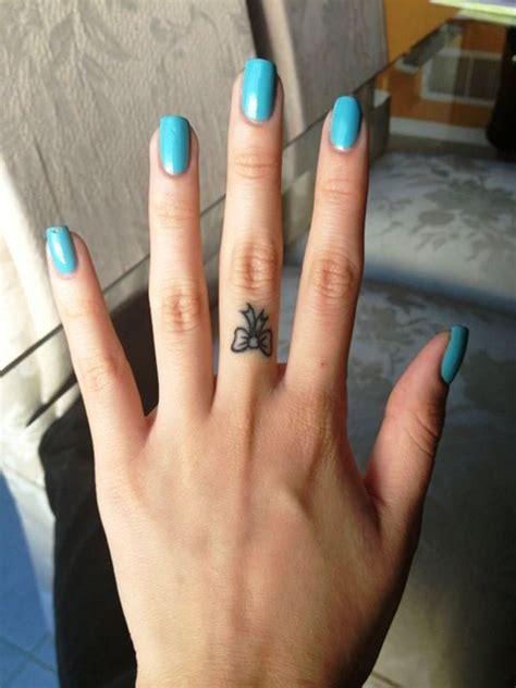 kleines tattoo finger 25 ideen kleine tattoos auf finger 187 tattoosideen com