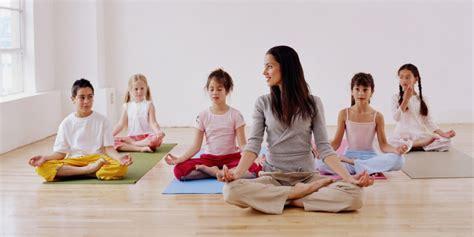 imagenes del grupo yoga yoga en la sala de clases conoce sus beneficios para el