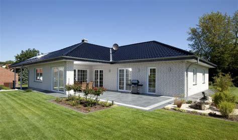 bungalow haus mit garage walmdach architektur im