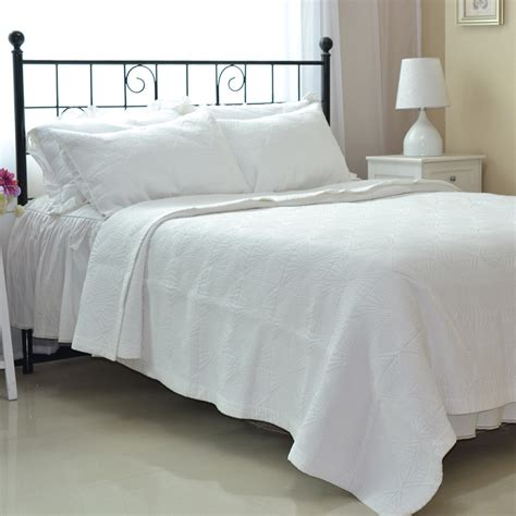 king size white coverlet white king size bedspread 28 images black and white