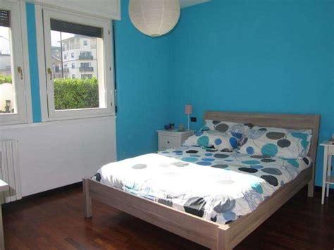 colore muri da letto parete turchese in