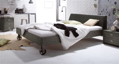 massivholzbett mit rollen im industrial design tornio - Bett Industrial