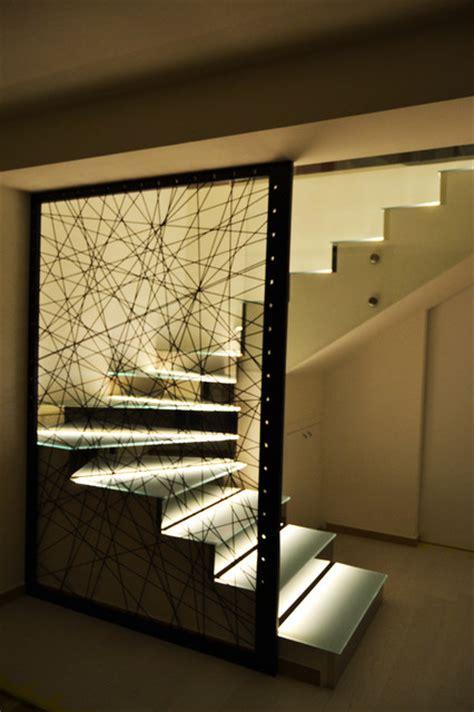 scale soggiorno soggiorno con controsoffitti luminosi e scala in vetro con