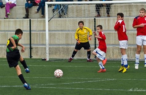 imagenes de niños jugando al futbol ni 241 os jugando al f 250 tbol imagui