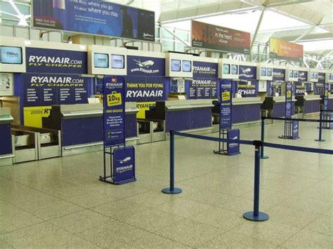 ryanair check inn check in di ryanair dalla fila per bagagli e documenti