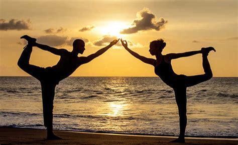 imagenes de parejas haciendo yoga actividades y deportes para hacer o practicar en pareja
