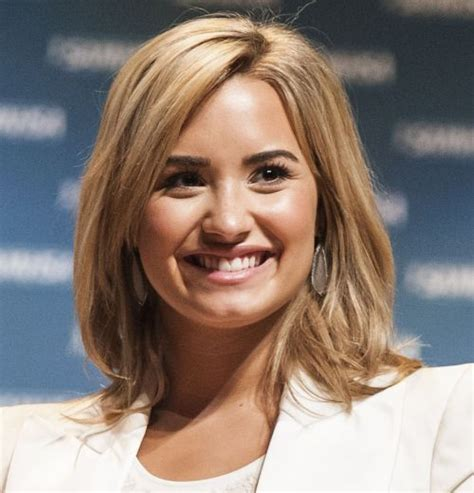 casual hairstyles shoulder length hair demi lovato blonde medium length hairstyle casual