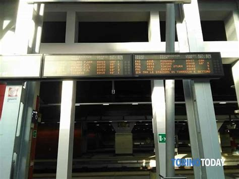 treni porta susa persona sotto un treno traffico ferroviario in tilt