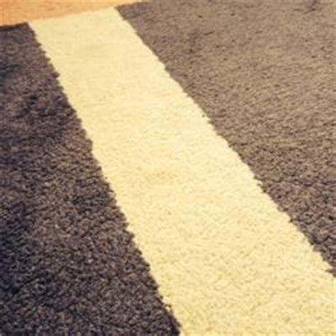 rotweinflecken im teppich rotweinflecken aus teppich entfernen aber effektiv