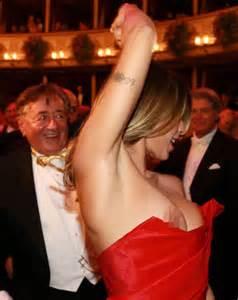 Elisabetta Canalis Wardrobe by George Clooney S Ex Elisabetta Canalis Suffers Major Nip