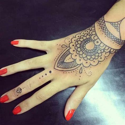 tattoo mandala en la mano 23 tatuajes para la mano que te puedes hacer con henna