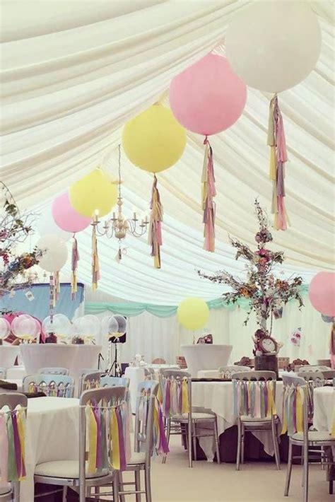 como decorar con globos el techo un detalle original adornado el techo con globos gigantes