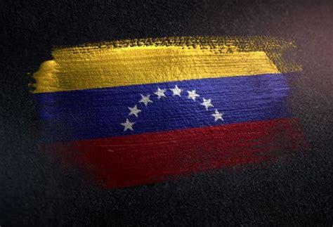 bandera de venezuela hecha de pintura de pincel metalico en la pared oscura de grunge
