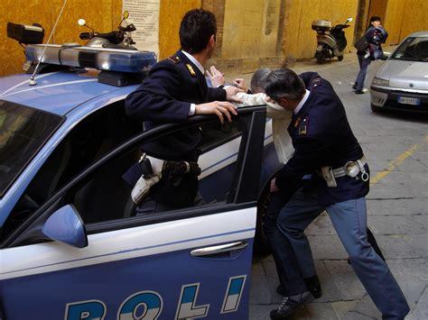polizia di stato banche dati un uomo di 46 anni bloccato e arrestato dalla polizia di stato