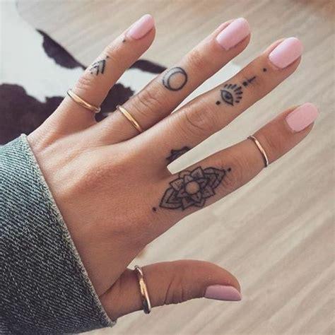 dedo y la lunael tatuajes peque 241 os en los dedos de una mujer flor ojo la luna u 241 as pintadas tattoos