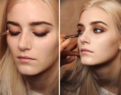 Eyeliner Bawah Mata trik menggunakan eyeliner di garis mata bawah