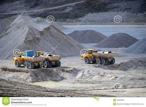 cava di ghiaia macchine e camion della cava di ghiaia fotografia stock
