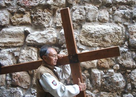 aiuto gesu a portare la croce quel venerd 236 lungo la via dolorosa a gerusalemme cristo
