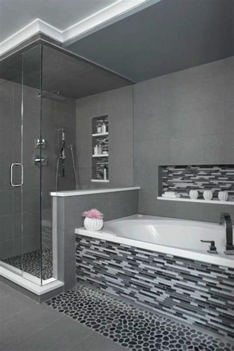 Délicieux Spot Mural Salle De Bain #2: salle-de-bains-grise-carrelage-mosaique-en-gris-et-blanc-baignoire-encastr%C3%A9e.jpg
