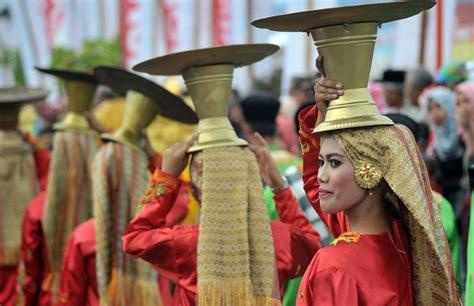 Sitti Nurbaya Oleh Mh Rusli 8 tradisi unik orang minang ini masih tetap eksis merahputih