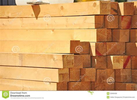 Le Mit Holzbalken by Holzbalken Lizenzfreie Stockfotos Bild 32668408