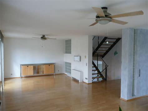 Farbe Für Betonboden by Wohnzimmer In Grau Und Rot