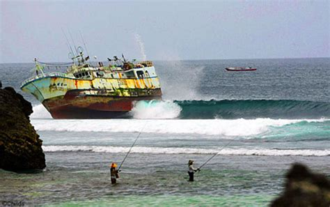 Ripcurl Dua Time fishing boat runs aground on padang reef surfbreak in