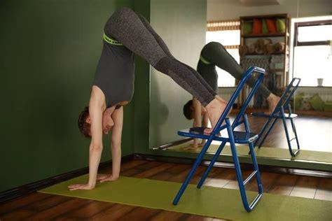imagenes de yoga en silla 53 mejores im 225 genes de iyengar yoga chair inversions en