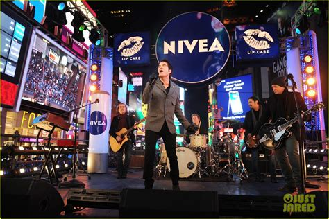who is performing on new years sized photo of new years performance in times square 13 photo 2783103 just jared