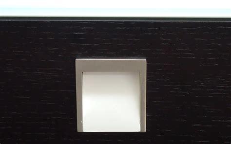 maniglie per comodini comodino weng 232 su panca con maniglie in metallo comodino