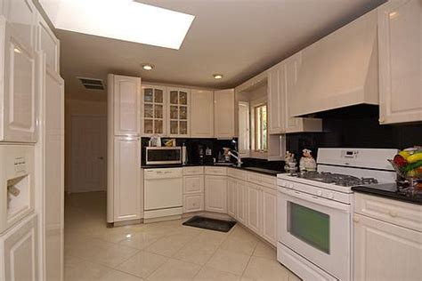 can you post your pics of kitchens with white appliances