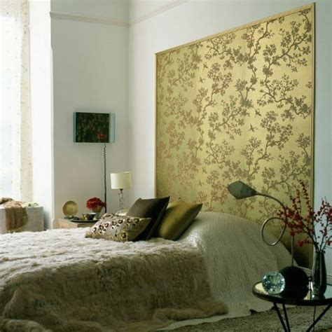 contur schlafzimmer goldenfarbige tafel mit malerschalblonen an der wand im