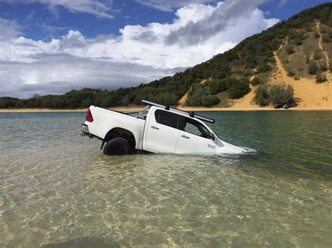 rainbow beach boat r double island point rescue 4wd rescue qld australia