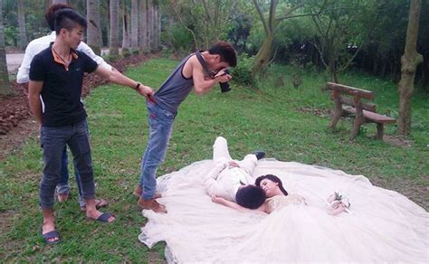 crazy wedding photos 15 photos that prove wedding photographers are crazy