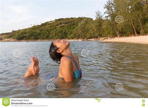 donna si bagna donna bagna alla spiaggia immagine stock immagine