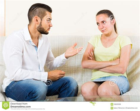 e donna uomo e donna parlano stressante fotografia stock