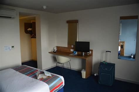 day rooms gatwick airport hotel front picture of travelodge gatwick airport central horley tripadvisor