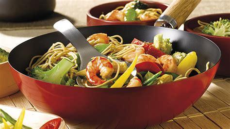 cuisiner au wok 駘ectrique wok met garnalen met noedels en groenten