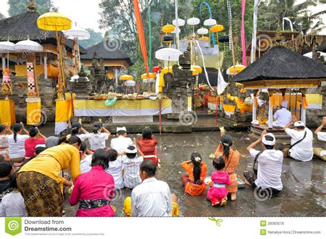 Mukjizat Tirtha Buku Bali Hindu prayers at puru tirtha empul temple bali indonesia editorial stock image image 28383579