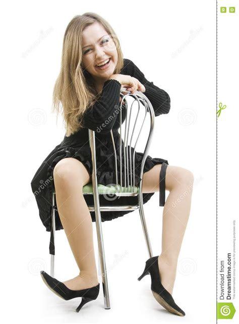 imagenes mujer alegre la mujer alegre se sienta a horcajadas en una silla foto