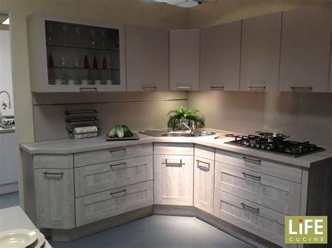 cucina con lavello ad angolo cucina ad angolo con blocco colonne a parte scontata